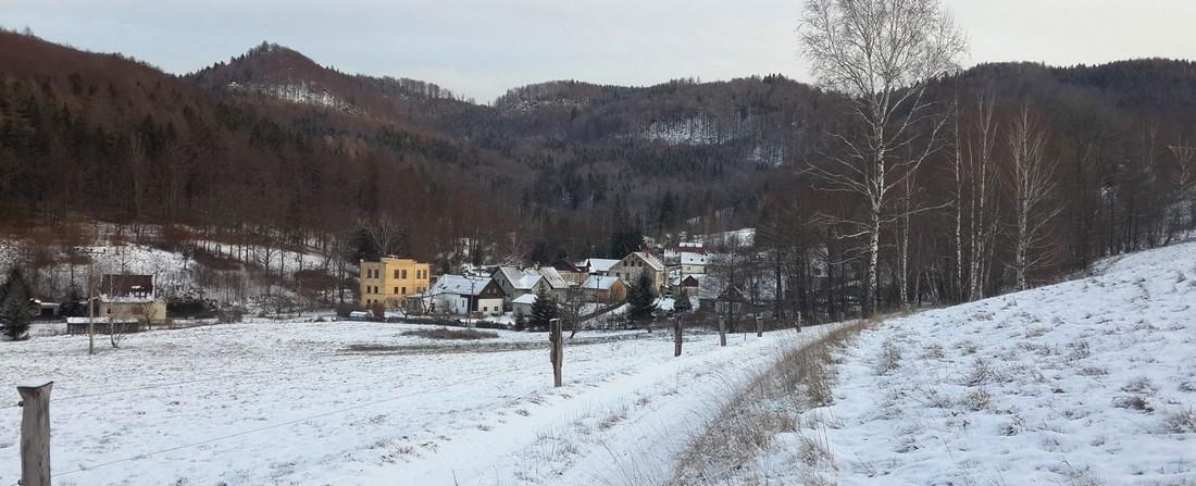 Sněžení komplikuje dopravu, silnice přes Oldřichovské sedlo je pro nákladní dopravu uzavřena
