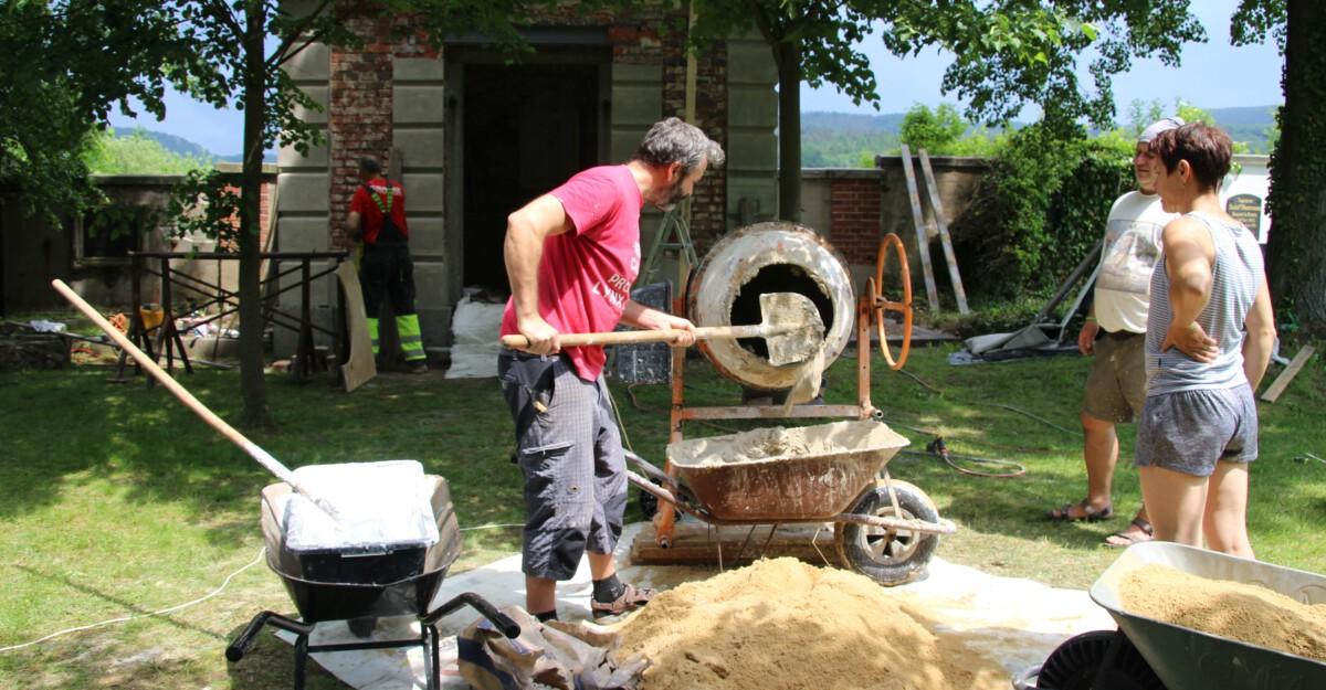 Další fáze opravy hrobky